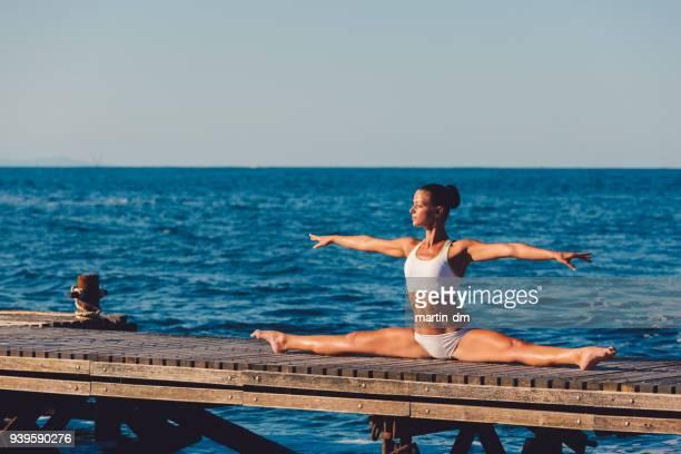 Yoga-Frau macht den Spagat