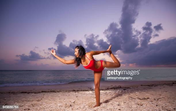 zeitpunkt der dämmerung am strand praktizieren yoga-frau - frau beine breit stock-fotos und bilder
