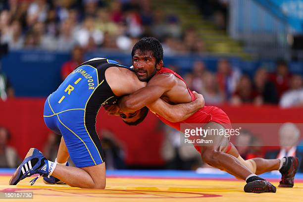 Yogeshwar Dutt of India and Masoud Esmaeilpoorjouybari of Islamic Republic of Iran compete in the Men's Freestyle 60 kg Wrestling on Day 15 of the...