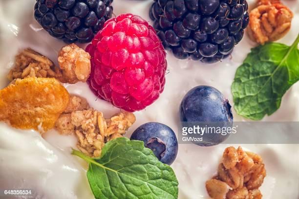 Yogourt avec fruits frais et céréales
