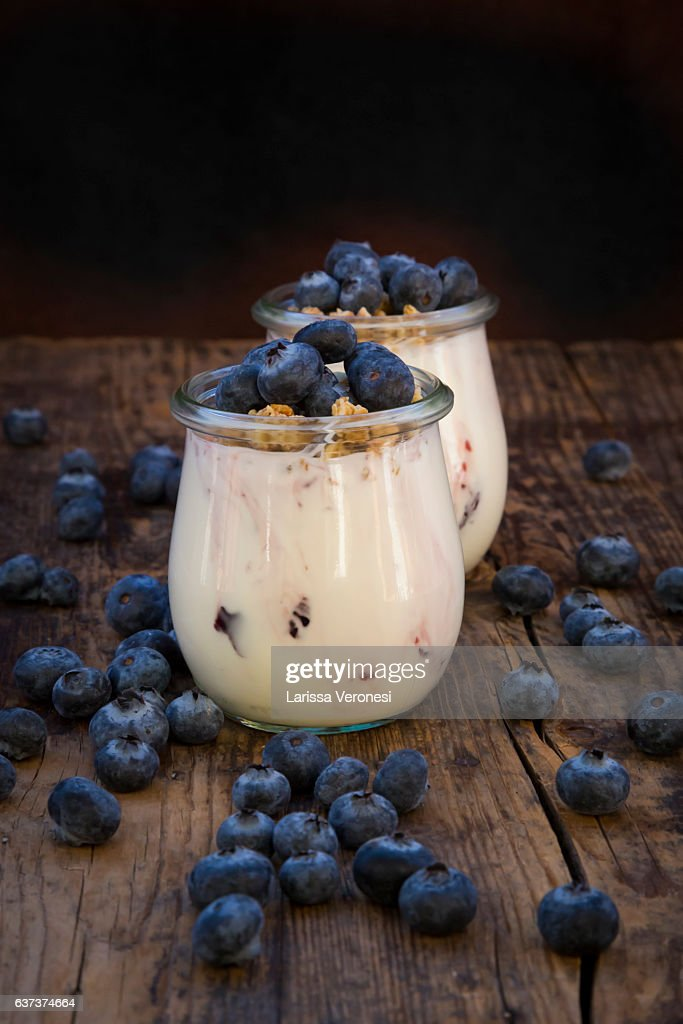 Yogurt with granola and blueberries : Stock-Foto