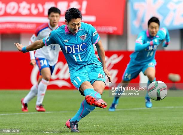 Yohei Toyoda of Sagan Tosu scores his team's first goal from the penalty spot during the JLeague match between Sagan Tosu and Albirex Niigata at Best...