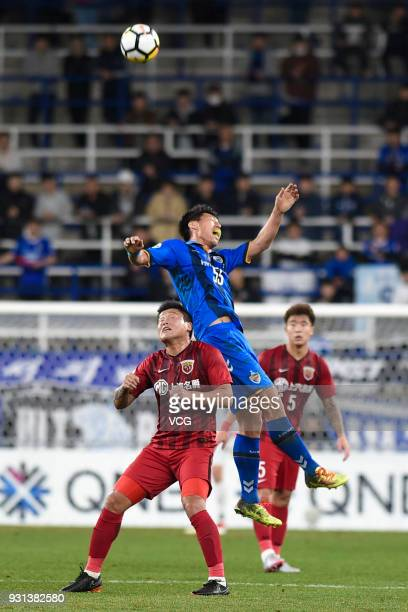 Yohei Toyoda of Ulsan Hyundai and Cai Huikang of Shanghai SIPG compete for the ball during the 2018 AFC Champions League Group F match between Ulsan...