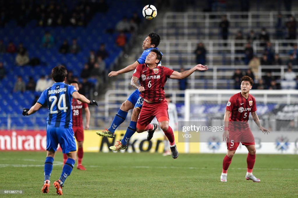 Yohei Toyoda #55 of Ulsan Hyundai and Cai Huikang #6 of Shanghai SIPG compete for the ball during the 2018 AFC Champions League Group F match between Ulsan Hyundai FC and Shanghai SIPG at the Ulsan Munsu Football Stadium on March 13, 2018 in Ulsan, South Korea.