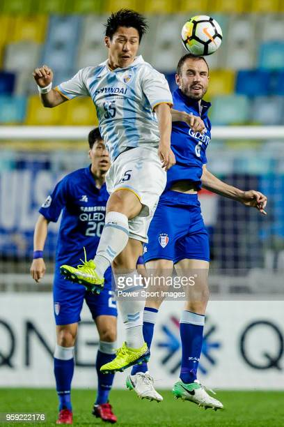 Yohei Toyoda of Ulsan Hyundai FC fights for the ball with Matthew Jurman of Suwon Samsung Bluewings during the AFC Champions League 2018 Round of 16...