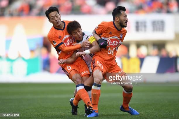 Yoichiro Kakitani of Cerezo Osaka competes against Ryota Isomura and Seitaro Tomisawa of Albirex Niigata during the JLeague J1 match between Albirex...