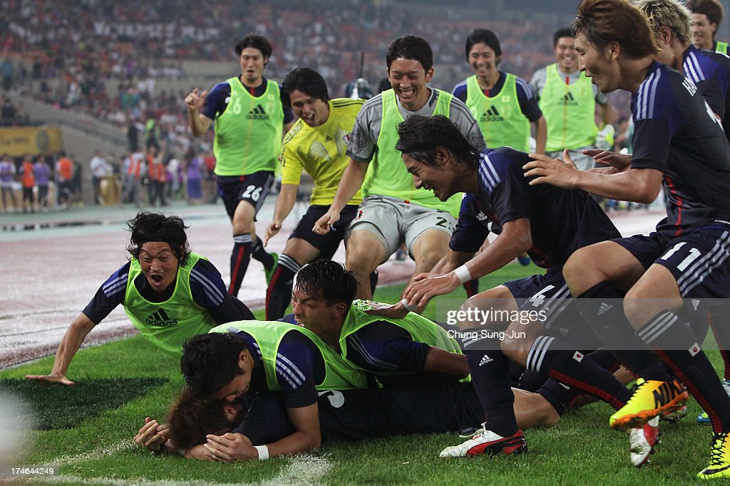Yoichiro Kakitani of Japan celebrates with the team after scoring a goal during the EAFF East Asian Cup match between Korea Republic (South Korea) and Japan at Jamsil Stadium on July 28, 2013 in Seoul, South Korea.
