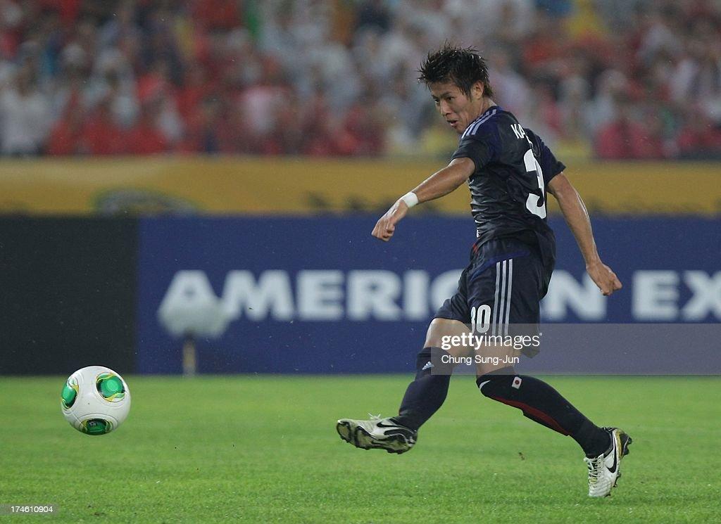 Yoichiro Kakitani of Japan scores during the EAFF East Asian Cup match between Korea Republic (South Korea) and Japan at Jamsil Stadium on July 28, 2013 in Seoul, South Korea.