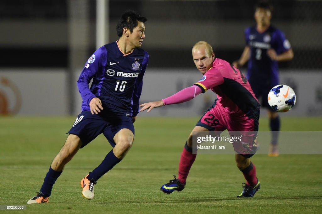 Yojiro Takahagi #10 of Sanfrecce Hiroshima in action during the AFC Champions League Group F match between Sanfrecce Hiroshima and Central Coast Mariners at Edion Stadiam Hiroshima on April 23, 2014 in Hiroshima, Japan.