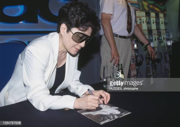 """Yoko Ono en dédicace à la FNAC Musique à Paris, à l'occasion de la sortie du coffret """"Onobox"""" regroupant 6 albums de l'artiste."""