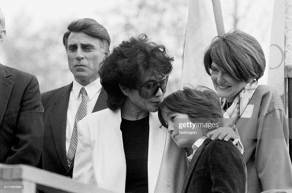 Yoko Ono Kissing Sean Lennon : Foto jornalística