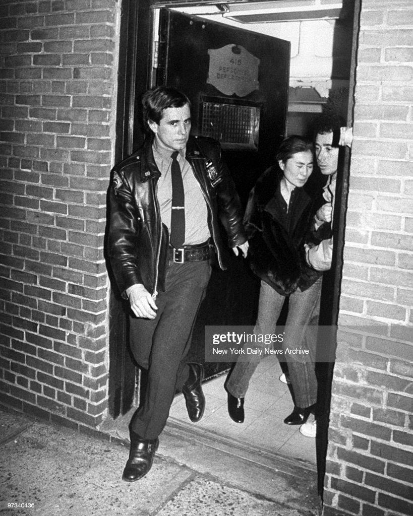 Yoko Ono leaving the hospital after her husband John Lennon  : Foto jornalística