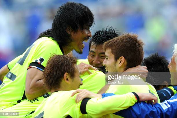 Yokohama F. Marinos players celebrate winning the J.League match between Kashima Antlers and Yokohama F. Marinos at the National Stadium on April 23,...