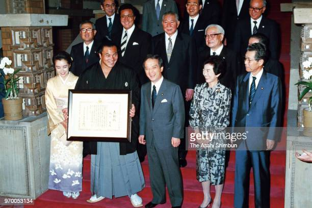 Yokozuna Chiyonofuji receives the People's Honour Award from Prime Minister Toshiki Kaifu at the prime minister's official residence on September 29...