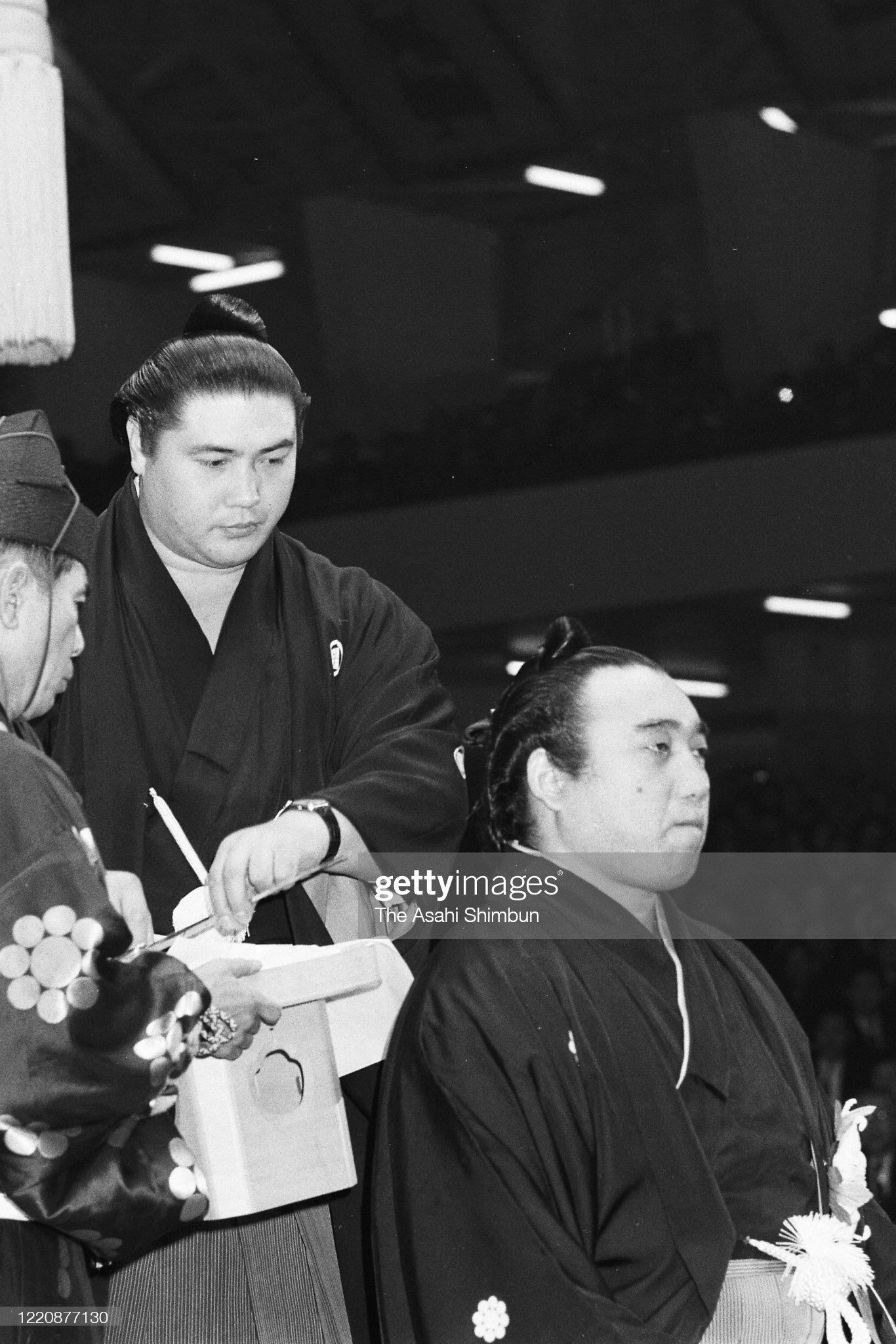 yokozuna-kashiwado-lets-his-topknot-cut-