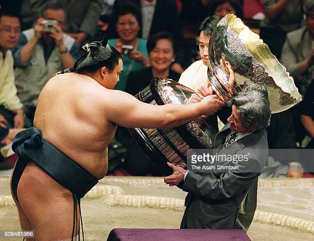 Yokozuna Takanohana receives the Prime Minister's Cup from Prime Minister Junichiro Koizumi after winning the tournament at the Grand Sumo Summer...