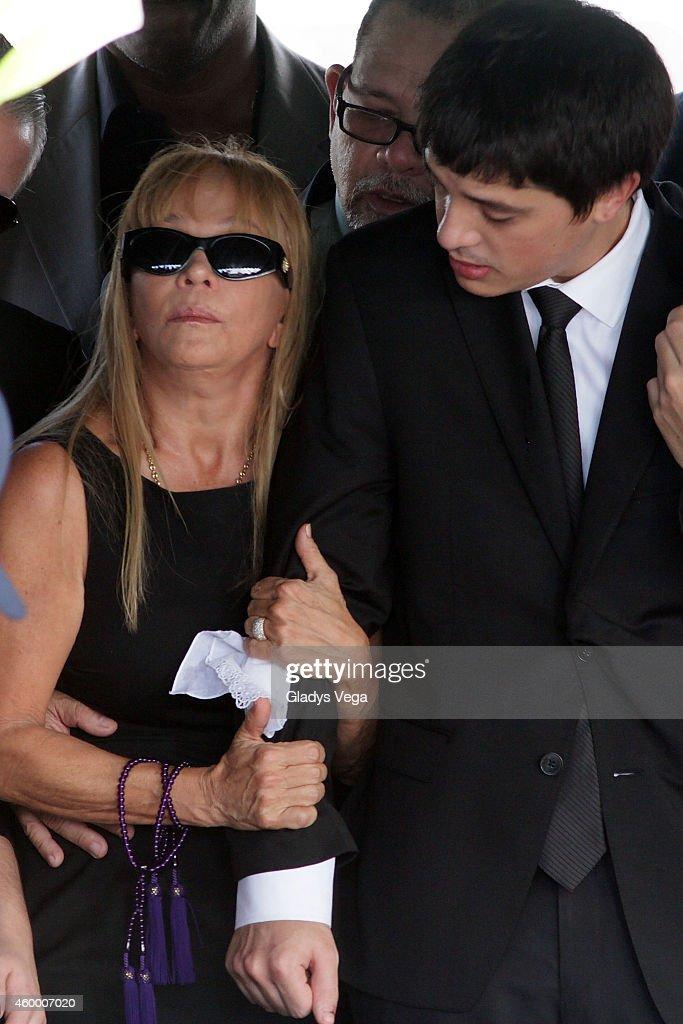 Yolandita Monge, wife of Topy Mamery and her son Imanol ...   683 x 1024 jpeg 300kB