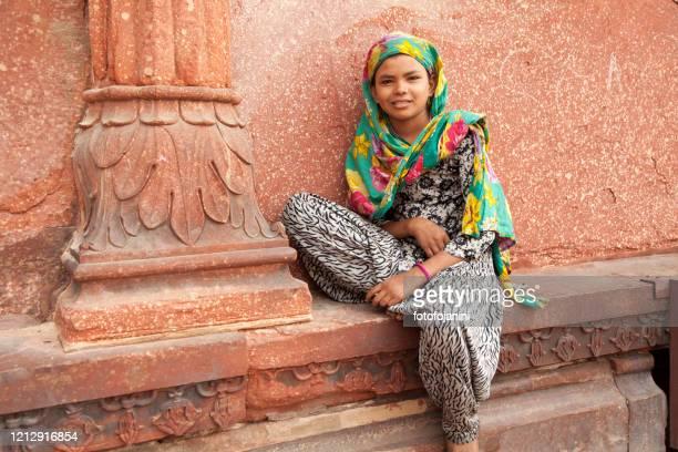 yong woman portrait in jama majid mosque new delhi - fotofojanini foto e immagini stock