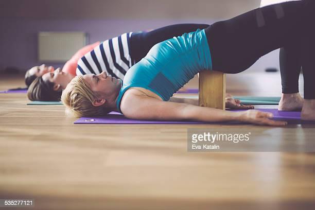 Yong Frau üben yoga im Innenbereich sind