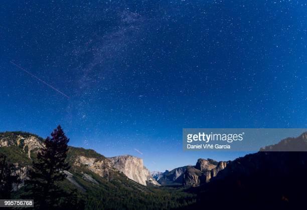 Yosemite valley by night under the stars