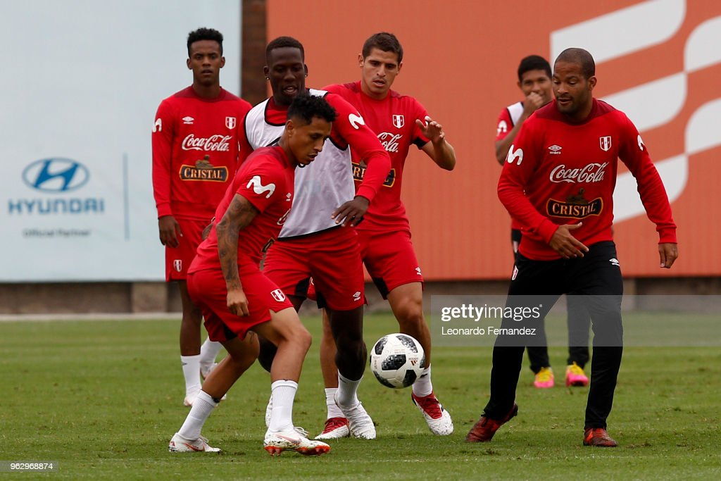 Yoshimar Yotun fights fot the ball with Luis Advincula during a training session ahead of FIFA World Cup Russia 2018 on May 25, 2018 in Lima, Peru.