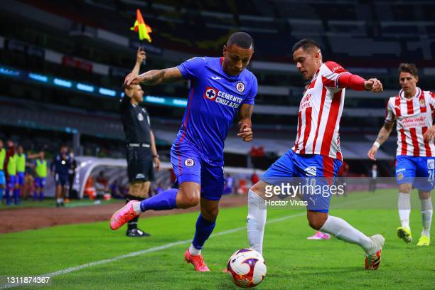 Yoshimar Yotun of Cruz Azul struggles for the ball against Sergio Flores of Chivas during the 14th round match between Cruz Azul and Chivas as part...