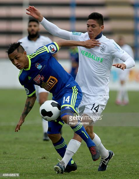 Yoshimar Yotun of Sporting Cristal struggles for the ball with Luis Alvarez of San Martin during a match between San Martin and Sporting Cristal as...