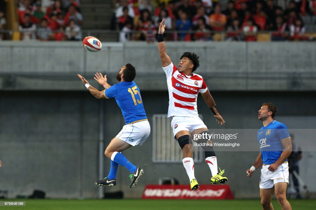 Yoshitaka Tokunaga of Japan and Jayden Hayward of Italy compete for the ball during the rugby international match between Japan and Italy at Noevir Stadium Kobe on June 16, 2018 in Kobe, Hyogo, Japan.