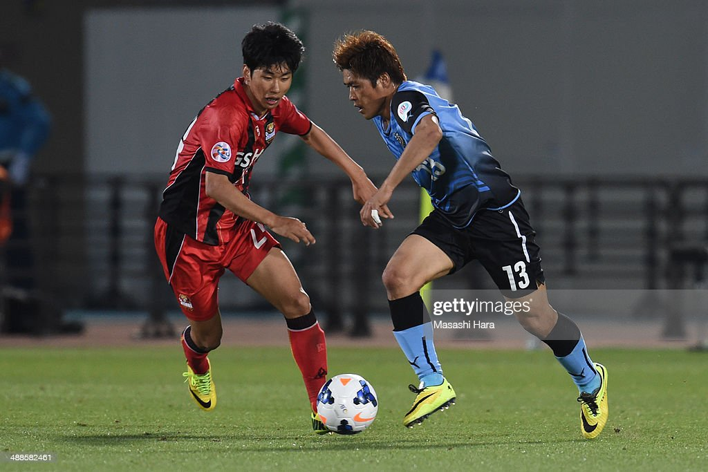 Yoshito Okubo #13 of Kawasaki Frontale (R) and Yun Illok #24 of FC Seoul compete for the ball during the AFC Champions League Round of 16 match between Kawasaki Frontale and FC Seoul at Todoroki Stadium on May 7, 2014 in Kawasaki, Japan.
