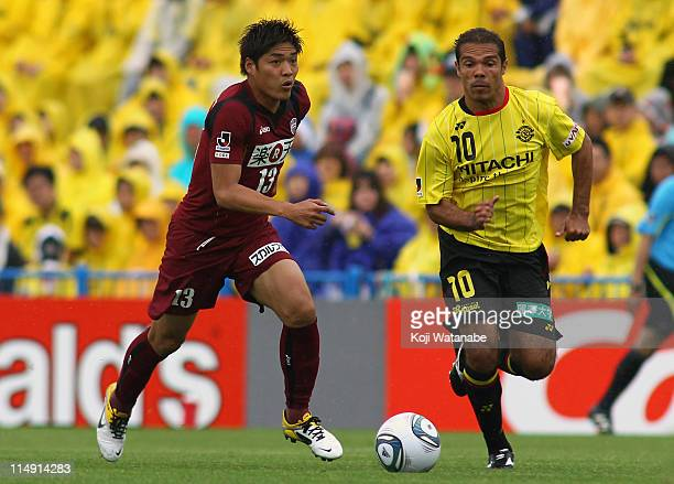 Yoshito Okubo of Vissel Kobe and Leandro Domingues of Kashiwa Reysol compete for the ball during JLeague match between Kashiwa Reysol and Vissel Kobe...
