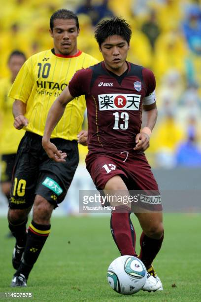 Yoshito Okubo of Vissel Kobe in action against Leandro Domingues Kashiwa Reysol during the JLeague match between Kashiwa Reysol and Vissel Kobe at...