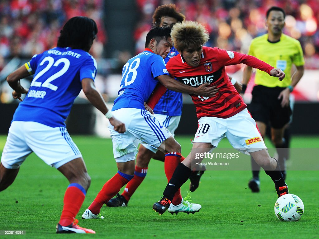 Yosuke kashiwagi #10 of Urawa Red Diamonds and Takuya Kida #28 of Yokohama F.Marinos compete for the ball during the J.League match between Urawa Red Diamonds and Yokohama F.Marinos at Saitama Stadium on November 3, 2016 in Saitama, Japan.