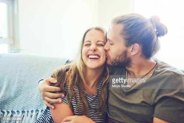 man kann nie zu viele küsse haben - junges paar stock-fotos und bilder