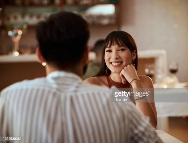 se puede decir que se está enamorando de él. - citas románticas fotografías e imágenes de stock