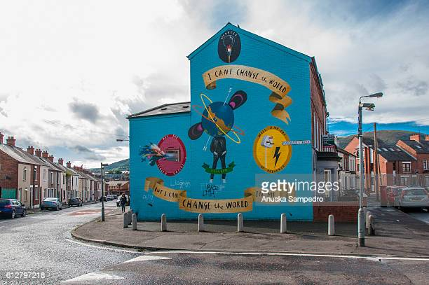 """""""you can't change the world but i can change the world in me"""", mural in belfast, northern ireland - belfast murals photos et images de collection"""