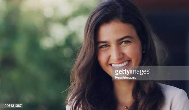 no necesitas una razón para sonreír - perfección fotografías e imágenes de stock