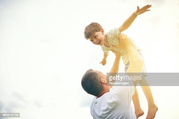 você ficando cada dia maior, mas você ainda é meu filho - família de um filho - fotografias e filmes do acervo