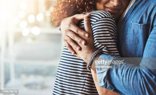 je zet je armen om me heen en ik ben thuis - onherkenbaar persoon stockfoto's en -beelden