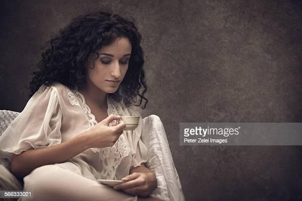Youg woman drinking coffee.