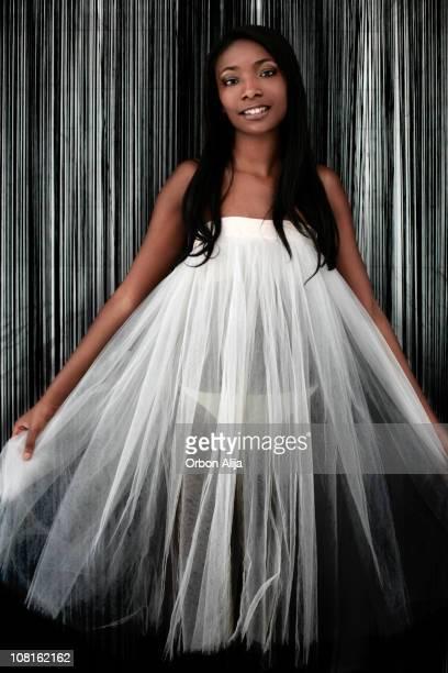 youn d'une femme posant avec robe en tulle et rayé - black slip photos et images de collection