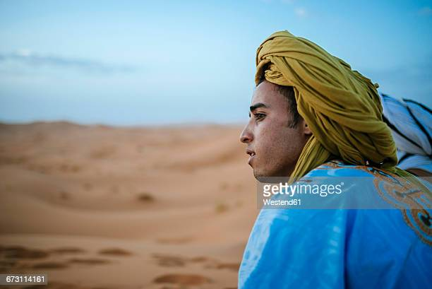 yound berber sitting in desert, postrait - traditional clothing stock pictures, royalty-free photos & images