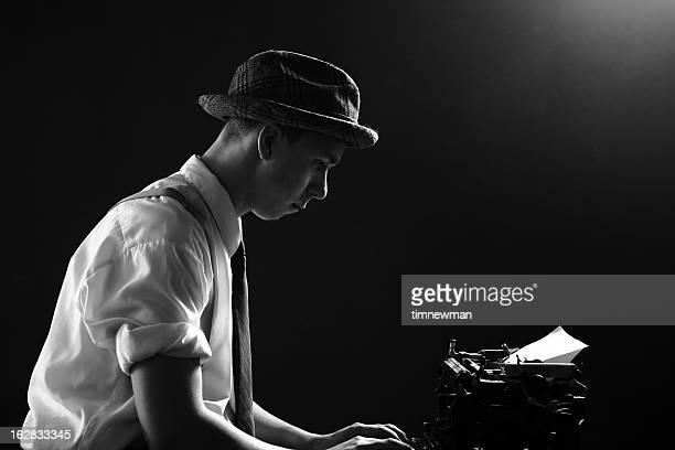 Junge 1920 er Reporter Schreiben Überschrift Geschichte auf Schreibmaschine