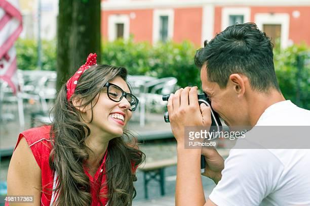 Jeune couple jouant des années 50 avec une caméra vidéo