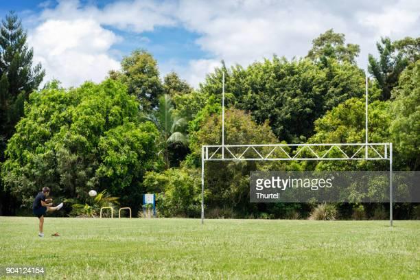 aboriginal pojke öva rugby målet sparkar - rugby league bildbanksfoton och bilder