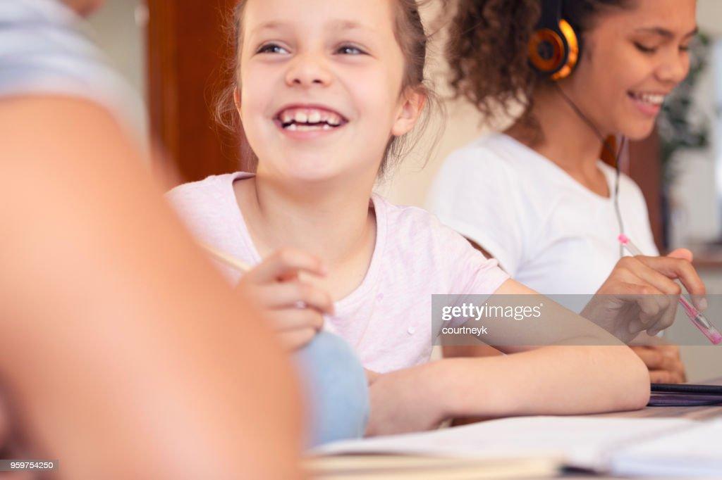 Aboriginal jungen Mädchen Hausaufgaben machen. : Stock-Foto