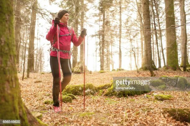Joven activa explorar el bosque durante su caminata