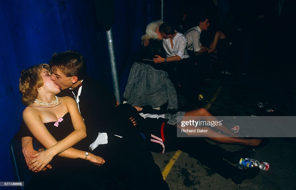 England - London - Young adolescent couples kiss at the Gatecrashers' Ball : News Photo