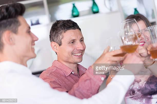 Jungen Erwachsenen Geburtstag partei: trinken beim Anstoßen