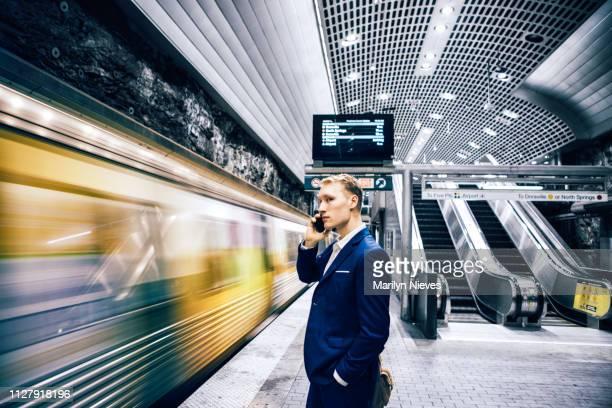 若い大人のビジネスマン通勤 - 地下鉄のプラットホーム ストックフォトと画像