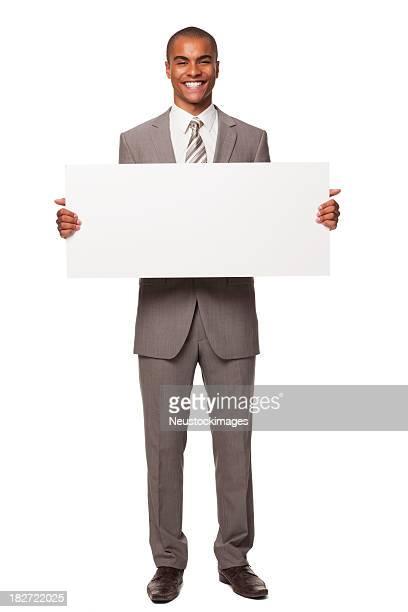 Adulto joven empresario con cartel en blanco. Aislados.
